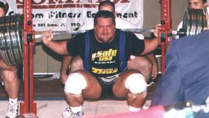 Kirk Karwoski squat bij een powerliftingwedstrijd